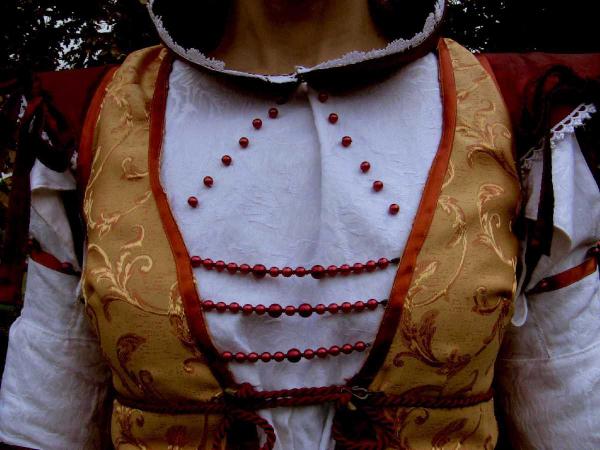 Detail zdobení - korálky